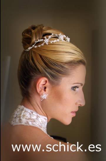 Originales peinados de novias con tiaras for Recogido castana