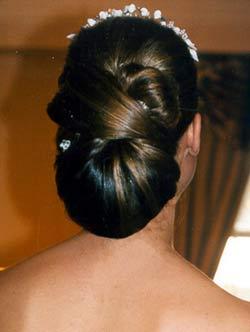 Peinados bajos y altos con tiaras for Recogido castana