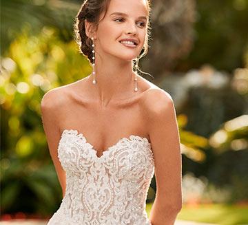 Vestidos de novia con escote corazón Adriana Alier 2021
